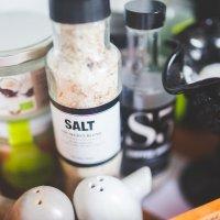 Hlavní obrázek - Češi solí třikrát více než je optimum