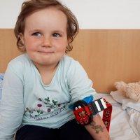 Hlavní obrázek - Beruška Buzzy pomáhá ve Vsetínské nemocnici zmírnit obavy i bolest  u dětských pacientů